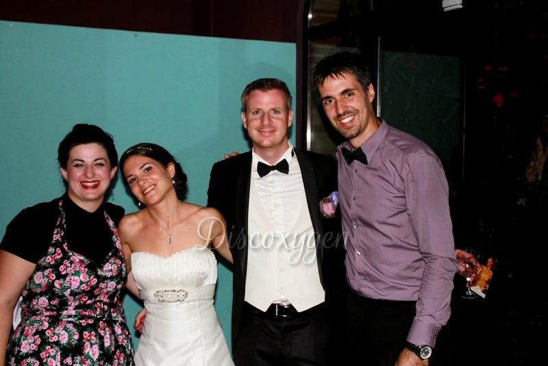 Dj, chanteuse et les mariés