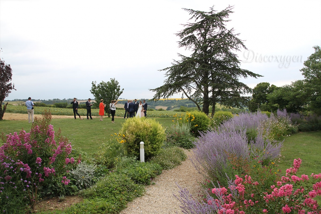 Un domaine entouré de jolis jardins